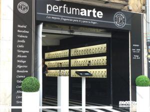 forramiento de fachada y aplicacion de grafica para Perfumarte